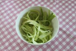 Snelle-komkommersalada-sesam