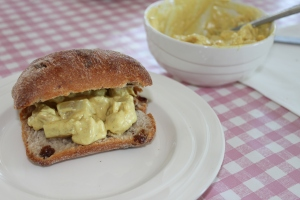 Kip-kerrie-salade-brood
