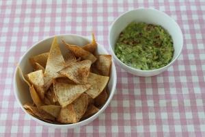 Zelfgemaakte-tortilla-chips-guacamole