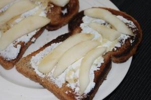 Toast met peer en ricotta en honing-lovetocookhealthy (2)