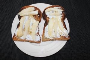 Toast met peer en ricotta en honing-lovetocookhealthy