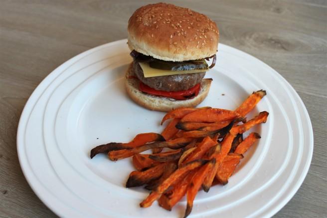 hamburger-met-zoete-aardappelfriet-lovetocookhealthy