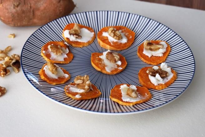 Zoete aardappel crostini met geitenkaas en honing