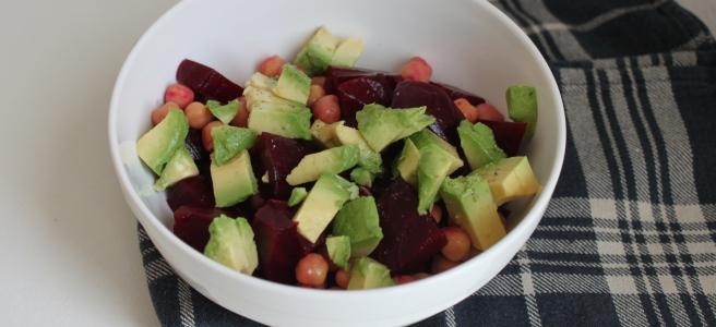 Kikkererwtensalade met avocado en rode bietjes