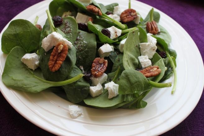 Spinaziesalade met pecannoten en sumak