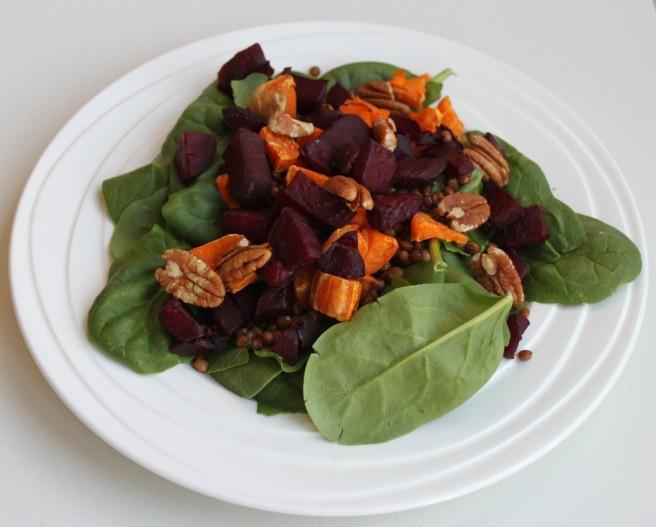 Spinazie linzen salade met zoete aardappel en rode bietjes