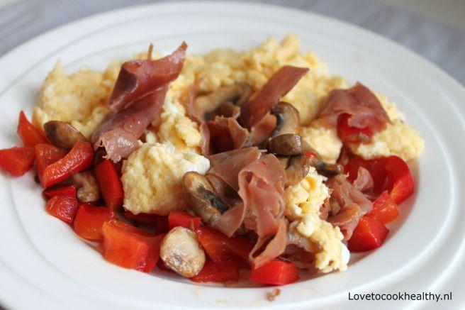 Roerei met serrano ham, champignons en paprika