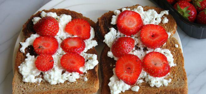 Hüttenkäse met aardbeien