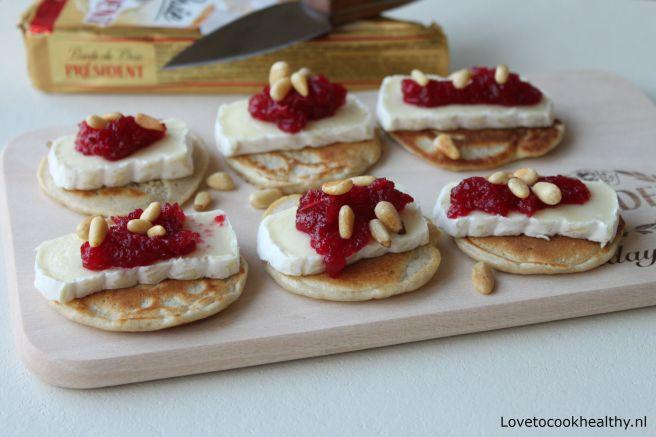 Blini's met brie, cranberry en pijnboompitten